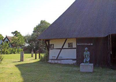 für Urlauber die Kultur lieben - Blick auf die Kunstscheune inmitten eines wunderschön angelegten Garten in Barnstorf