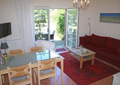gemütliche Atmosphäre direkt in der Natur - in der Wohnung mit Blick ins Wohnzimmer und zur Terrasse